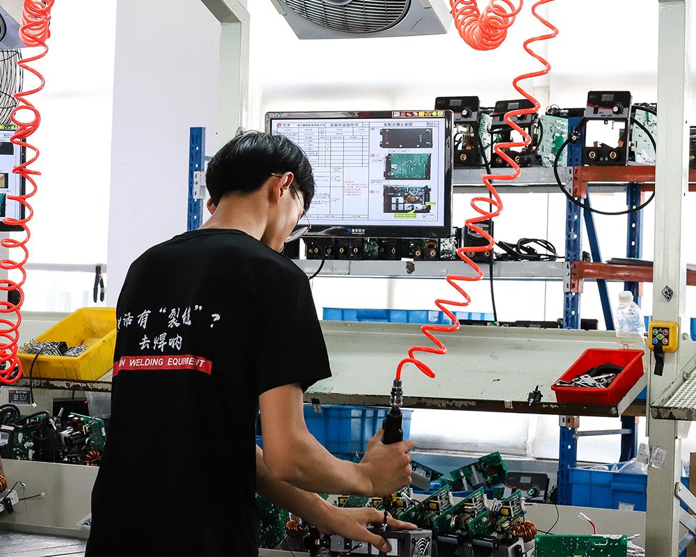 焊接必威体育手机投注客户端-安装车间